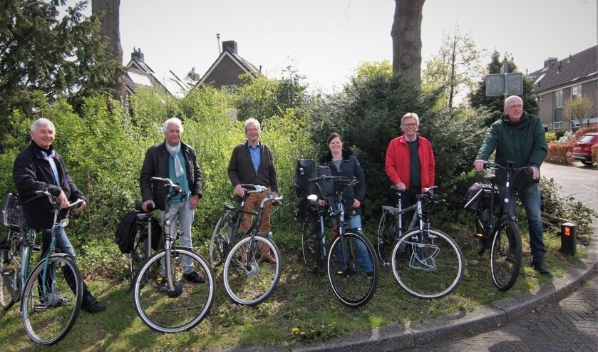 <p><em>De leden van Wijkraad De Leijen staan bij de Berlagelaan waar aan twee kanten een nieuwe fietsveilige route is gepland.</em></p>