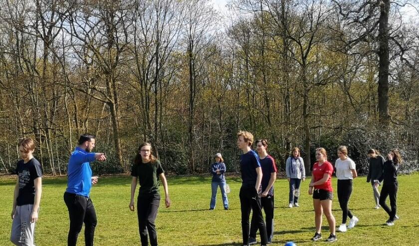Elke vrijdagmiddag is Niels van Veelen op het grasveld tegenover het gemeentehuis met de jeugdleden actief.