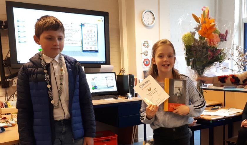Feline is door de Kinderburgermeester van Zeist Sebastiaan van Dijk onderscheiden met een prachtige oorkonde, een boekenbon en natuurlijk een stapeltje boeken.