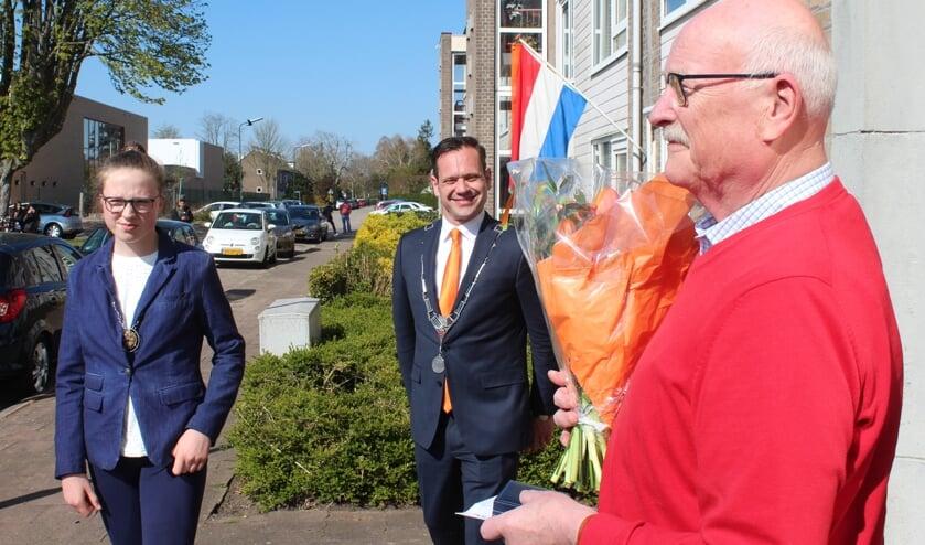 De penning en de bloemen zijn overhandigd; Jan Meeuwsen geniet van de uitgebrachte serenade. [foto Henk van de Bunt]