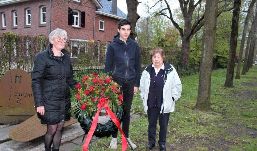 <p>Namens de Werkgroep 4 mei legden Coby Merkens, Jasper de Vries en Marjan Bosma, een bloemstuk bij het B 17-monument in Groenekan.<em>&nbsp;[foto Henk van de Bunt]</em></p>