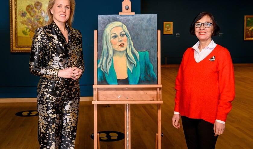 Hadewych Minis en Aljona met haar schilderij voor De Zonnebloemen van Van Gogh.