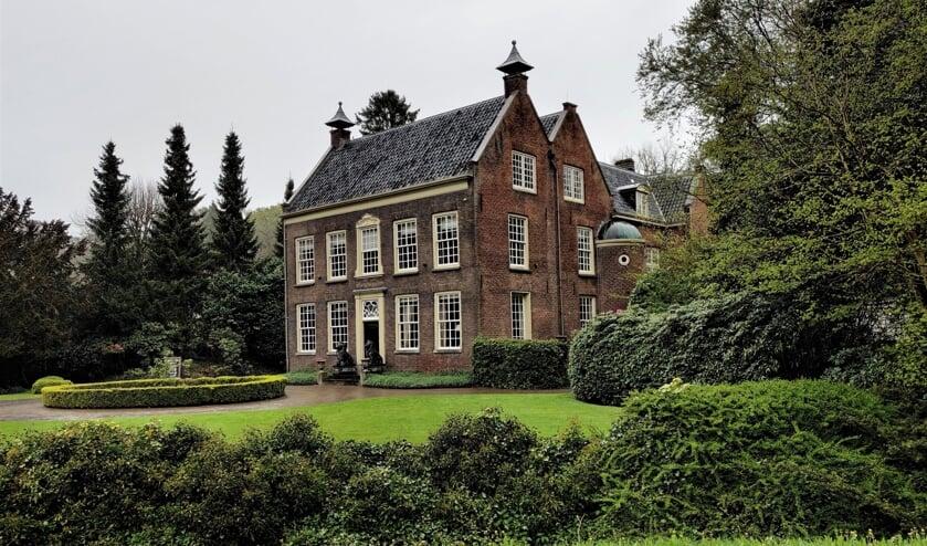 De 18de-eeuwse buitenplaats Rustenhoven ligt aan de Dorpsweg in Maartensdijk. [foto Henk van de Bunt]