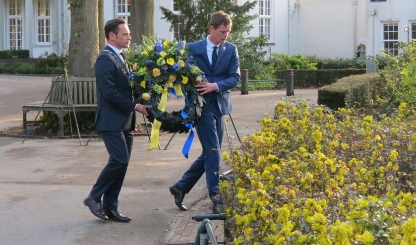 <p>De eerste krans wordt gelegd door burgemeester Sjoerd Potters en echtgenoot Tony van Maanen.</p>