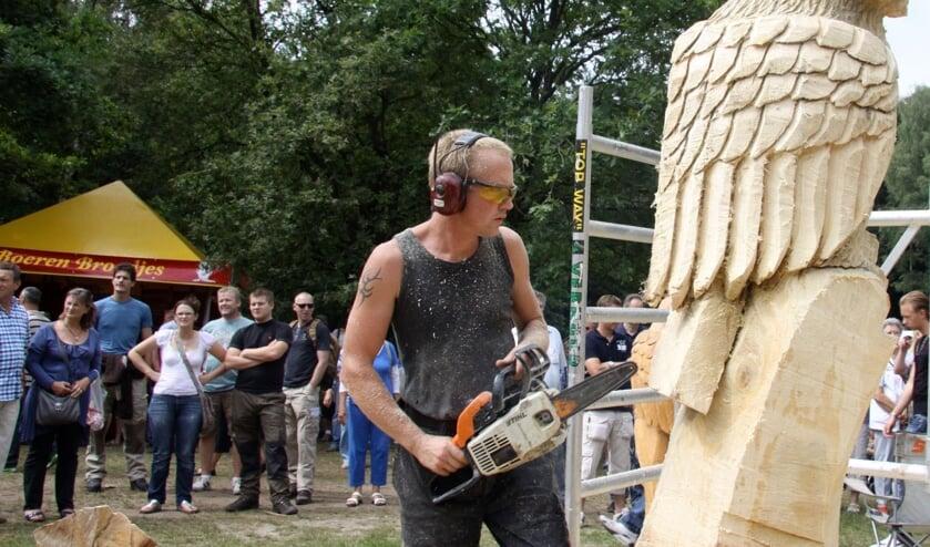 Pas in 2022 valt er weer van het sculptuurzagen op het Houthakkersfeest te genieten. (foto Walter Eijndhoven).