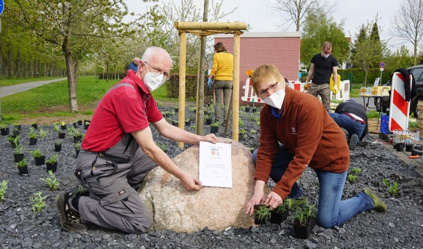 Oud-burgemeester Öhmann (links) - voorzitter van het jumelagecomité in Coesfeld - draagt bij aan het realiseren van een klimaatresistent-bloembed aan De Bilt-Allee.