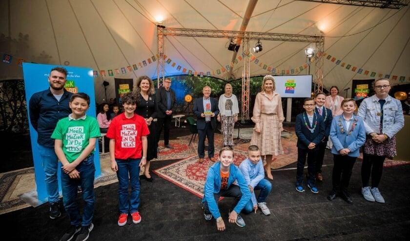 <p><em>Koningin Maxima (midden) vindt dat b</em><em>asisschoolleerlingen meer muziekles moeten krijgen.</em></p>