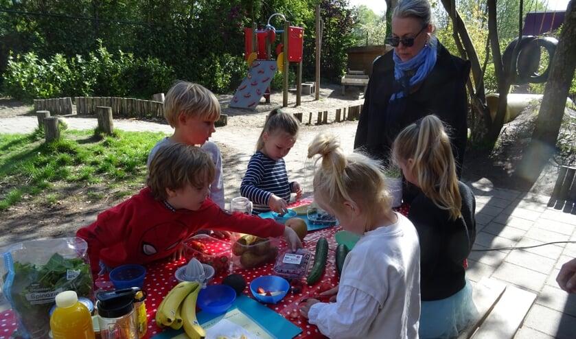 <p><em>De kinderen doen hun best om lekkere smoothies te maken</em></p>