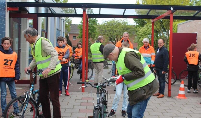<p><em>Voor de examentocht worden de fietsen gecontroleerd.</em></p>