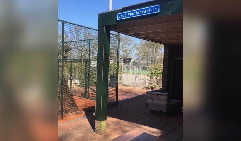 Het terras bij TC Voordaan heet inmiddels het Joop Plantengaplein.
