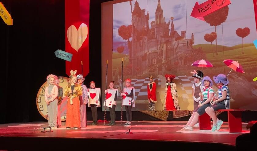 Theaterleerlingen spelen in Alice in Wonderland