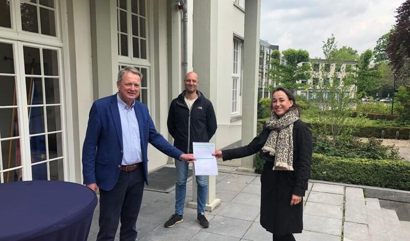 Een delegatie van de inwonersgroep overhandigt de petitie aan wethouder André Landwehr. (foto gemeente De Bilt)