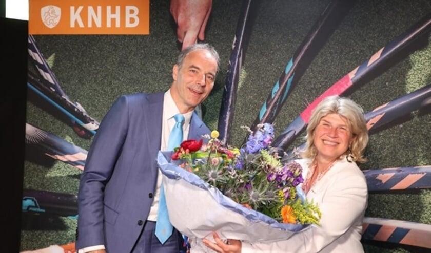 Voorzitter Erik Cornelissen overhandigt Madeleine Bakker een prachtige bos bloemen nadat zij benoemd is tot erelid van de KNHB.