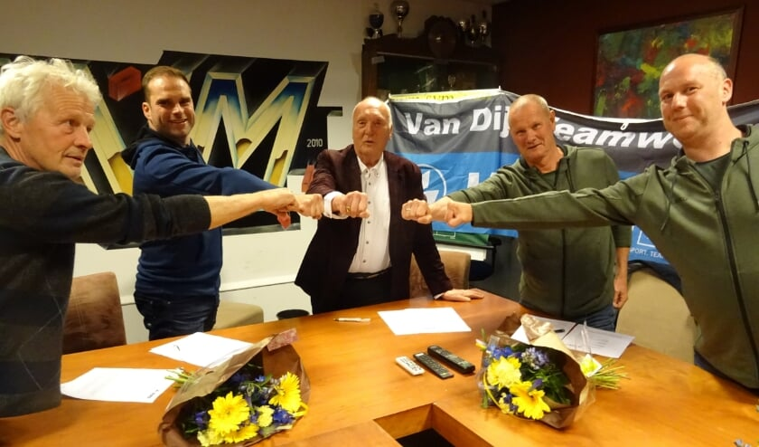 De overeenkomst krijgt gestalte met een onderlinge vuist. Op de foto staan v.l.n.r.: Frans Bakker, vz Sponsorcie, Ray Mulder directeur JAKO, Frans van der Tol, vz SVM, Erik van Dijk en Pim Rigter van Van Dijk Teamware. Gert Aalderink secr. Sponsorcie ontbreekt.