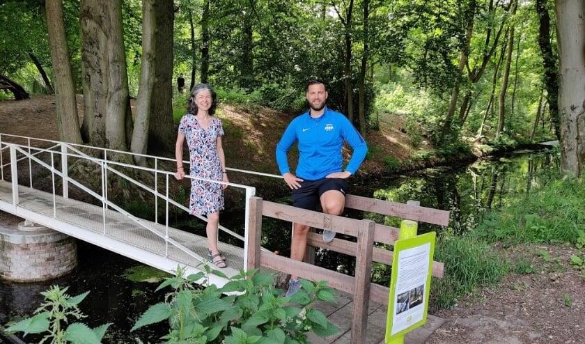 Op een van de herkenningspunten (de Baronbrug): Joanne Ronhaar (Bilts Heerlijk) en buurtsportcoach Niels van Veelen.