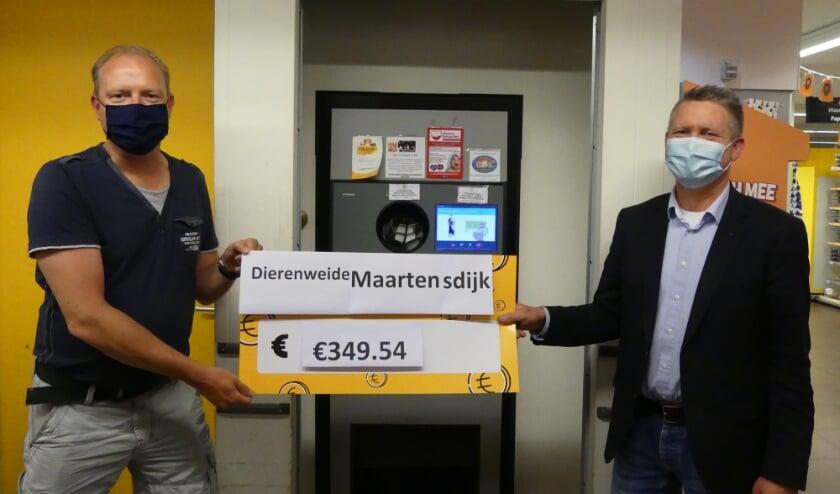 Stichting Dierenweide Maartensdijk neemt blij de cheque in ontvangst van Jelle Fahrenhorst van de Jumbo (r).