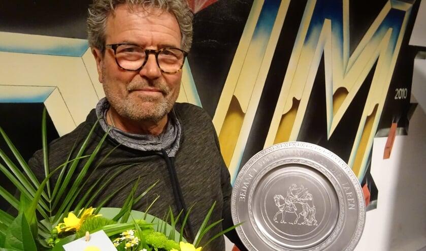 Als afscheid krijgt Jan uit handen van de voorzitter een prachtige bos bloemen voor zijn partner en een tinnen bord op een standaard met de tekst: 'Bedankt voor je inzet al die jaren, met zijn naam en logo van SVM.