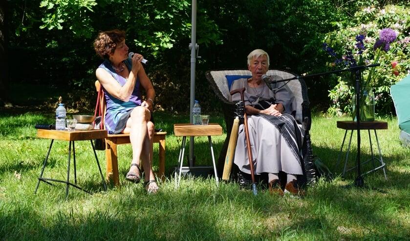 Nelly van der Geest.(links) in gesprek met Hella van Schaik.