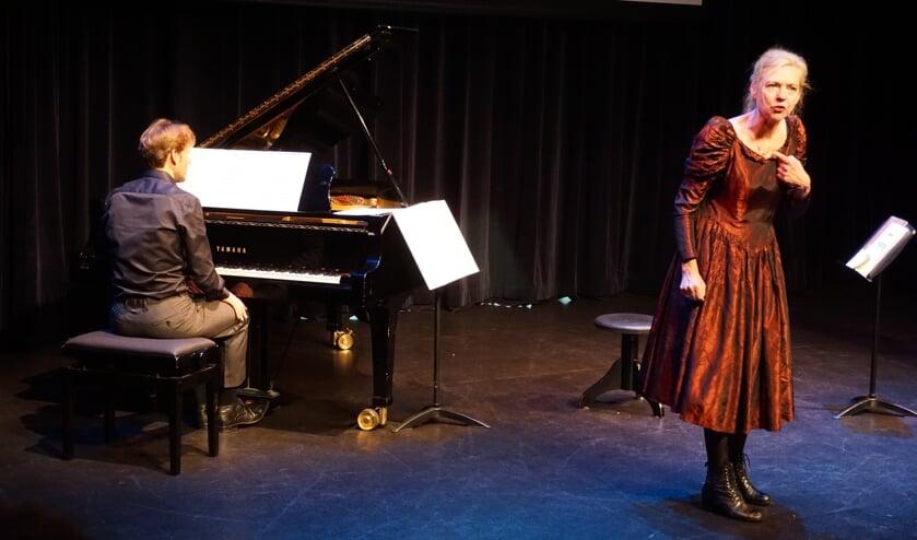Anita beeldt Alma uit; Bas Verheijden is de pianist.