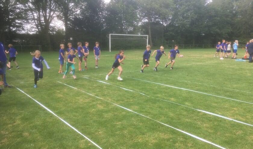 Schoolsportdag op het veld van FC De Bilt.