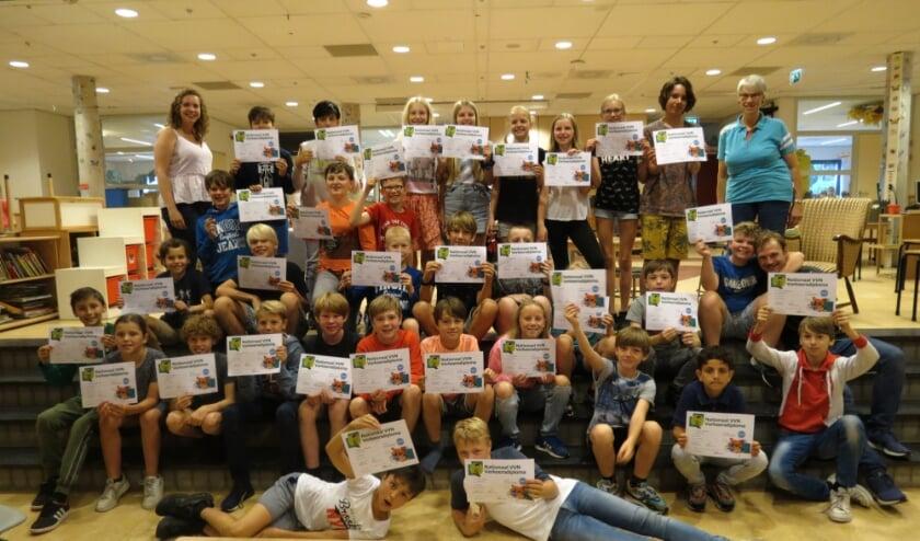 <p><em>Trots tonen de kinderen van groep 7a hun behaalde diploma</em>.</p>