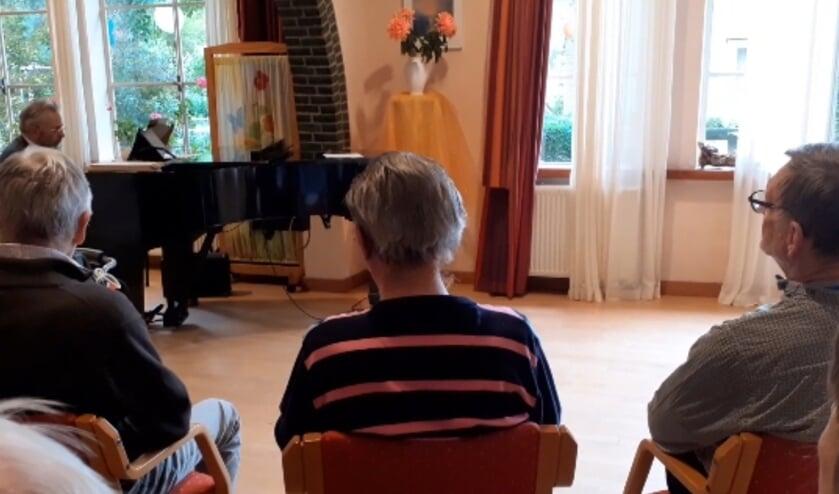 Frederic Voorn speelt piano voor de bewoners van het Leendert Meeshuis. (fotoFolkert Kooistra)
