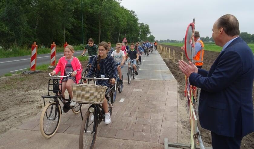 <p><em>De leerlingen van groep 7 van de School met de Bijbel uit Maartensdijk rijden als eersten over het nieuwe zonnefietspad.</em></p>