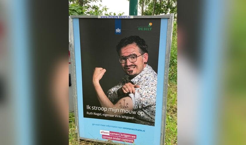 <p><em>Ongewenste creativiteit op het oorspronkelijke bord in de Westbroekse Korssesteeg.</em></p>