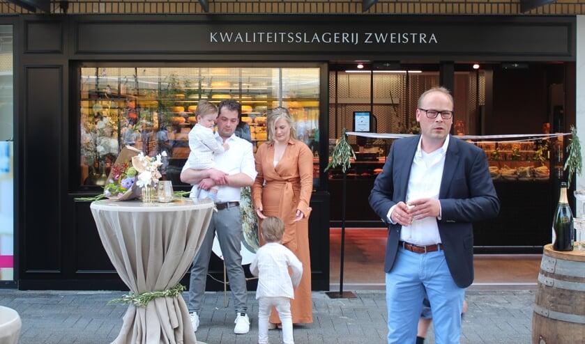 Oprichter en broer Andries Zweistra spreekt Aard-Jan, Therese en hun kinderen toe.