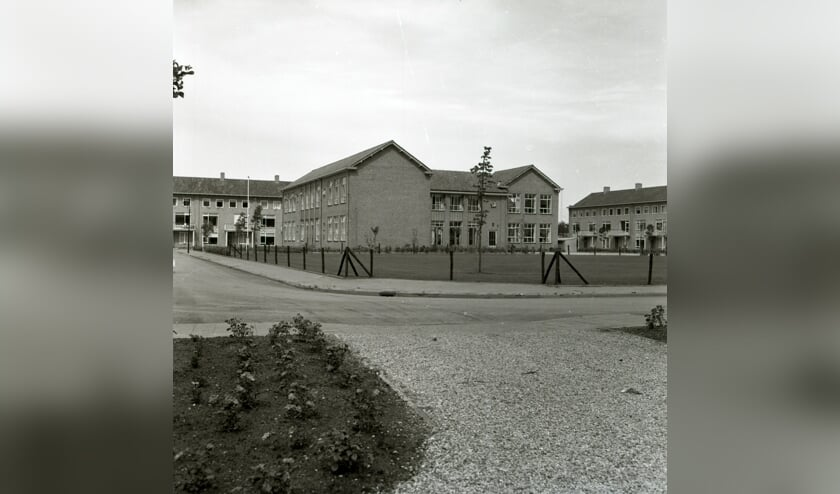<p><em>Foto uit 1959 met als beschrijving &lsquo;Zicht op de voormalige Wilhelminaschool gelegen in de Beatrixlaan&rsquo;. (Foto uit Regionaal Historisch Centrum Vecht en Venen)</em></p>