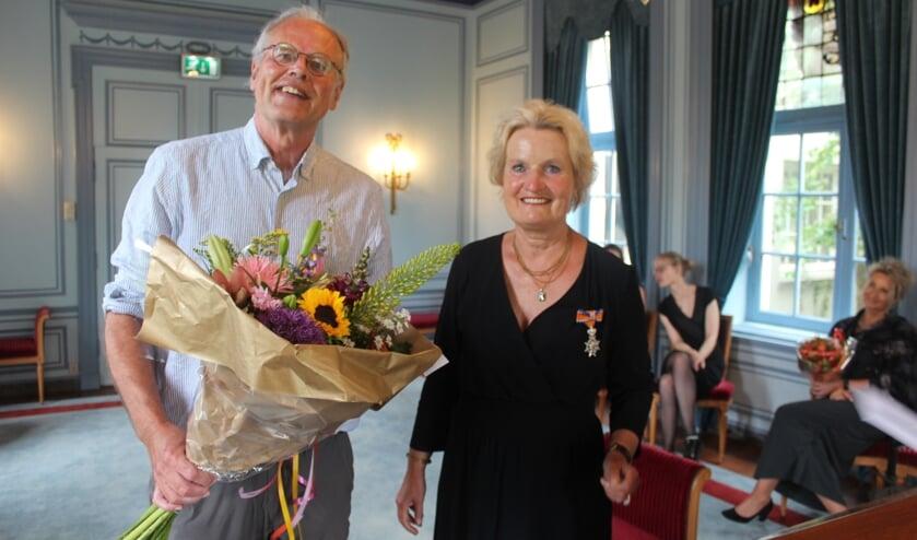 Op verzoek van burgemeester Sjoerd Potters speldde haar man (links) de onderscheiding op. [foto Henk van de Bunt]