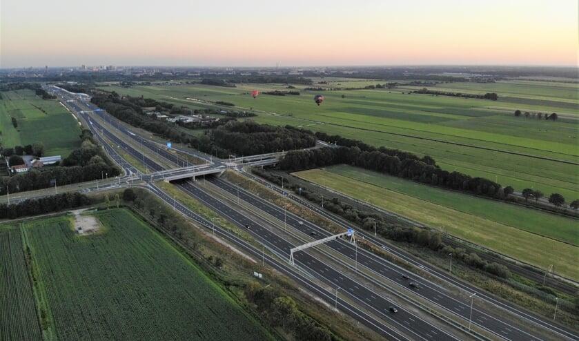 De A27 ten noorden van de stad Utrecht v.l.n.r. door Groenekan naar Maartensdijk en Hollandsche Rading richting Hilversum. (foto Frank Mulder).