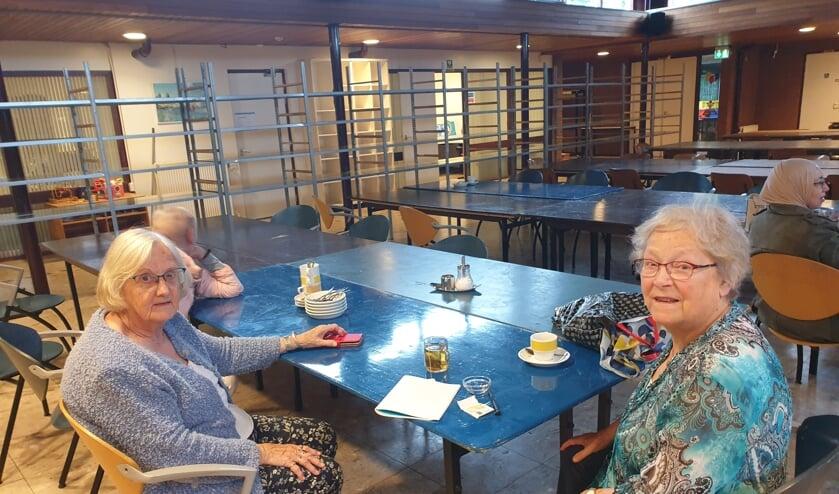 Annie Hoolwerf en Dores Lignac (r) steken regelmatig de handen uit de mouwen bij WVT.