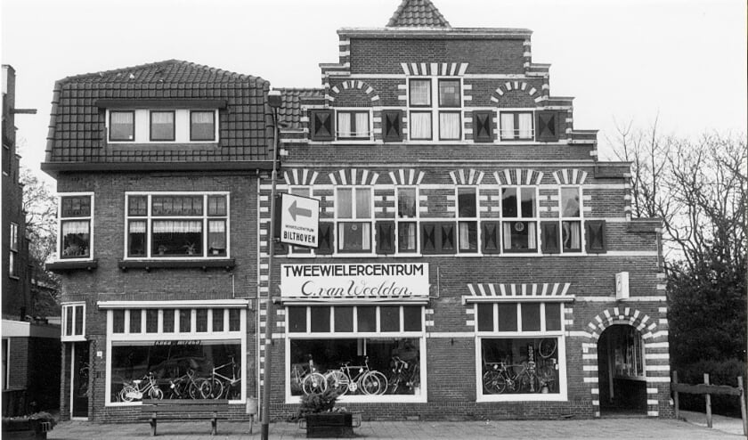 <p><em>Tweewielercentrum Cees van Weelden op Emmaplein 3-7 in 1990 (f</em><em>oto Jan van der Heiden Historische Kring d&rsquo;Oude School)</em></p>