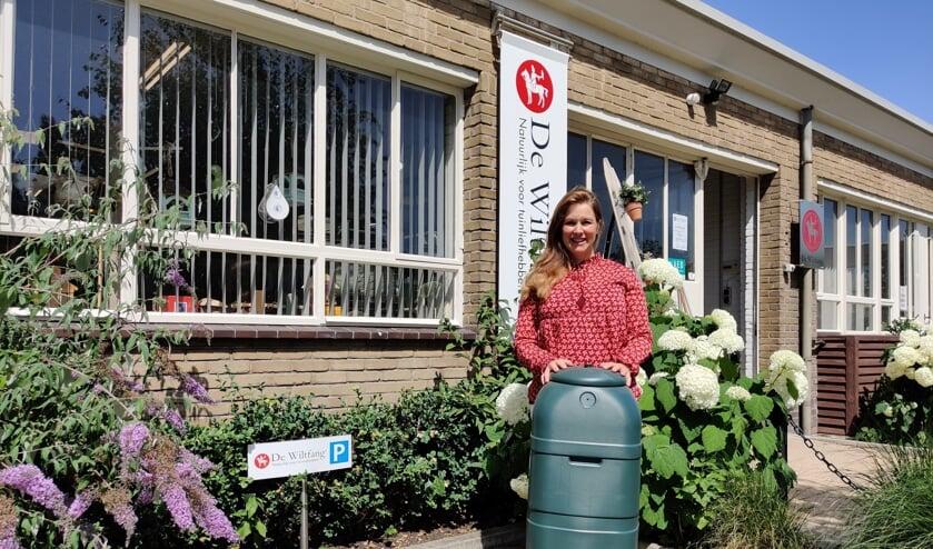 Maud van der Pas staat achter de actie 'Neem een regenton'. [foto Henk van de Bunt]