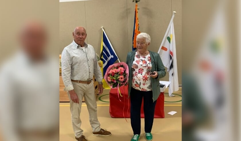 Op 30 juni is Eef in het zonnetje gezet met mooie woorden, bossen bloemen, vele kaarten en een sculptuur; uit handen van haar voormalig turntrainer Jan Brouwer (82) werd het 75 jarig-bondspeldje van de KNGU uitgereikt.