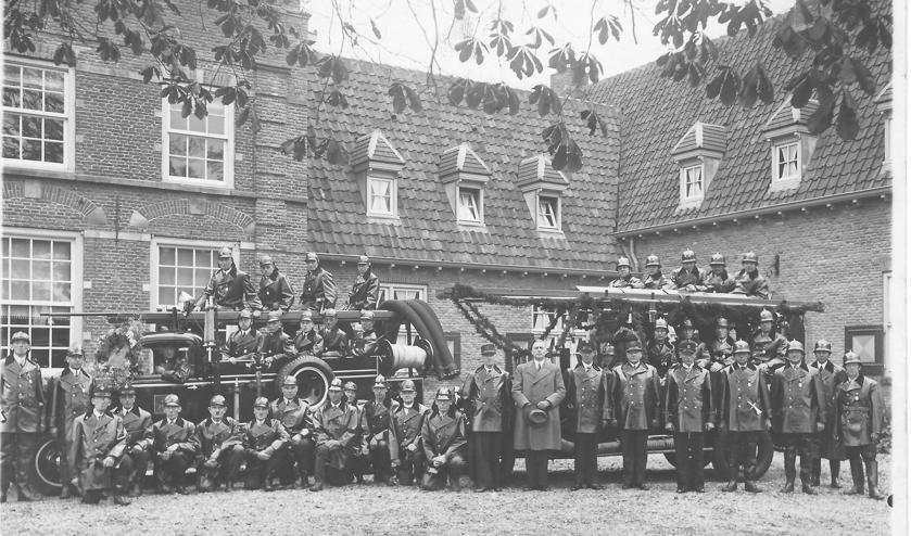 <p><em>Foto Koch (Hilversum) maakte deze foto in 1936 met de Maartensdijkse Brandweer t.g.v. de installatie van de heer Roelof Tjalma als burgemeester van Maartensdijk. (uit de verzameling van Koos Kolenbrander)</em></p>