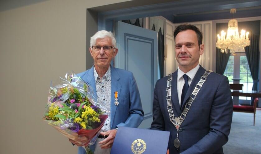 Burgemeester Sjoerd Potters reikte de onderscheiding aan Jacques Berk (links) uit in de Trouwzaal op Jagtlust. [foto Henk van de Bunt]