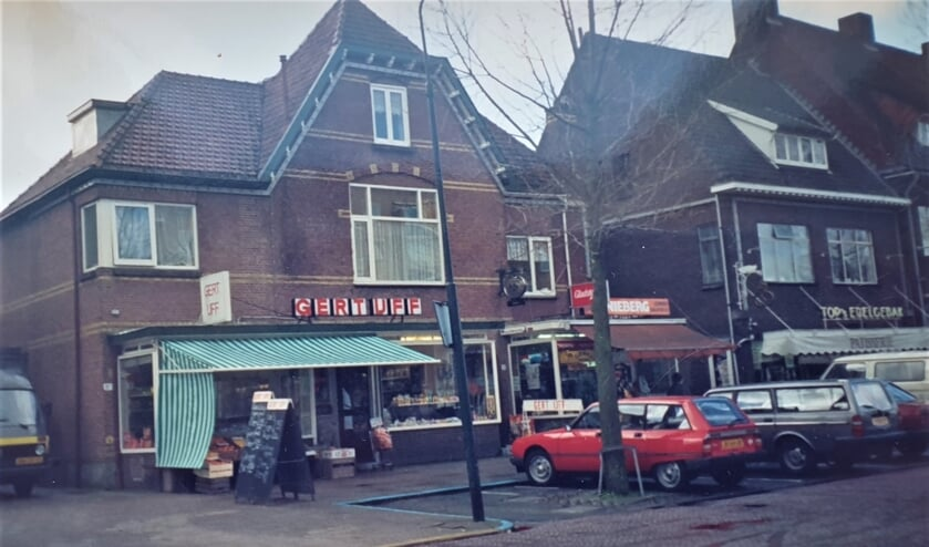 <p><em>Gekneld tussen Gert IJff en Top betrokken zij de rechterzijde van het voormalig pension Ravenhorst&nbsp;</em><em>(</em><em>Foto priv&eacute;collectie familie Nieberg).</em></p>
