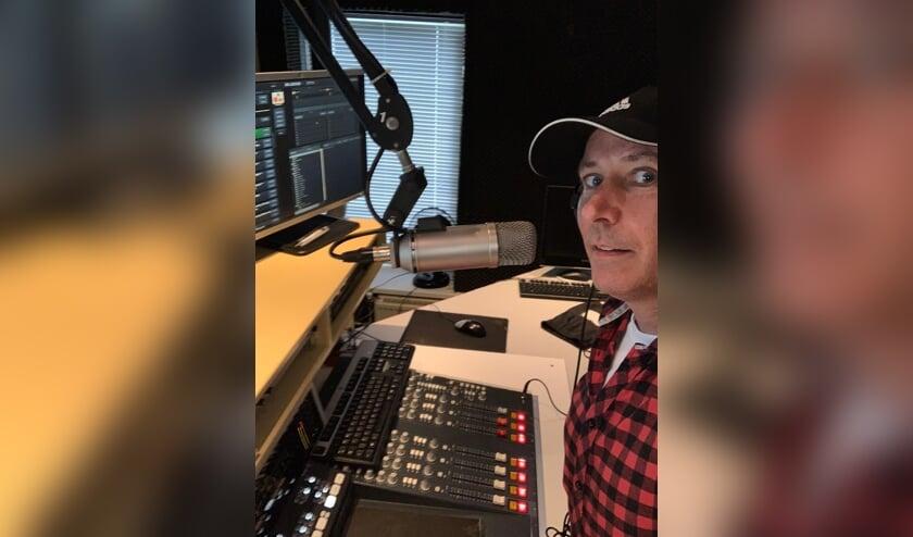 <p><em>Nieuwslezer Robbert van den Heuvel aan het werk in de studio van RouletteFM.</em></p>