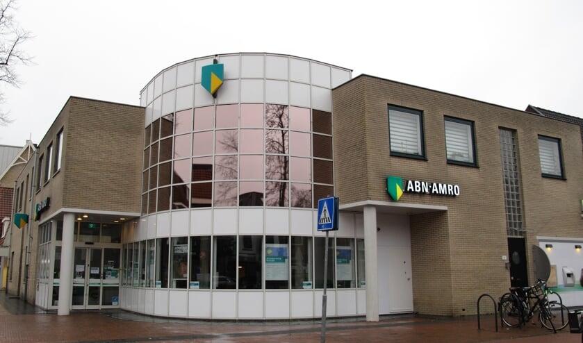 """<p><em>Voorjaar 2021 heeft ABN-AMRO dit bankge</em><em>bouw aan Vinkenlaan 2&nbsp;</em><a href=""""https://www.biltschecourant.nl/nieuws/nieuwsflits/1037378/article""""><em>gesloten</em></a><em>.</em><em>&nbsp;(foto Bilthoven Verandert, Hermine Broggel).</em></p>"""