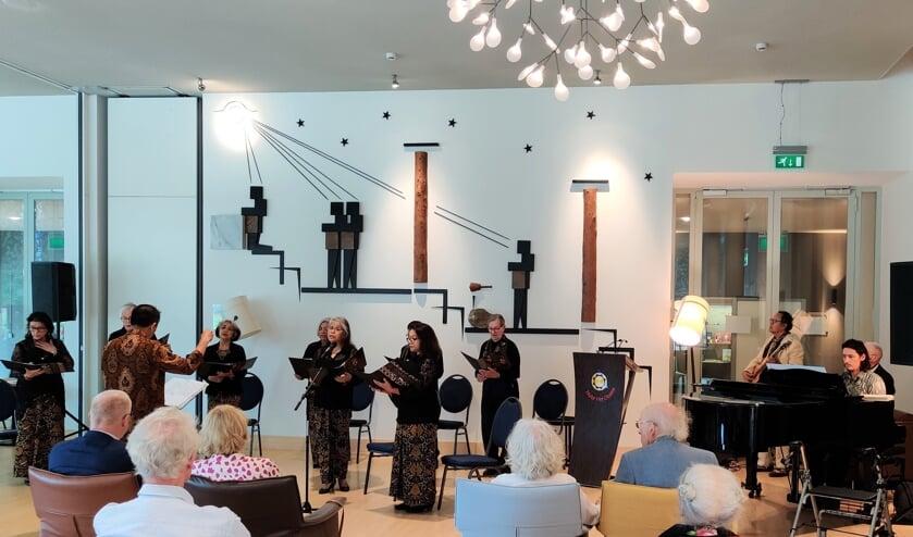 Muziek tijdens de herdenking Slachtoffers en Bevrijding Nederlands-Indië in Huize Het Oosten. [foto Henk van de Bunt]