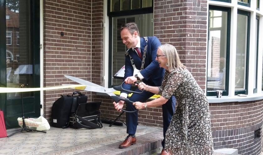 <p>Burgemeester Sjoerd Potters en comit&eacute;voorzitter Romana Engeman knippen het lint door.</p>