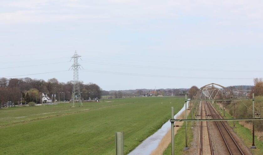 Het is volgens het college van belang om een verdere versnippering, verrommeling en dichtslibben van de kenmerkende landschappelijke openheid tegen te gaan, mede in relatie tot de architectuurhistorisch waarde van de bijzondere betonnen bovenleidingportalen in reeksvorm op de spoorlijn Utrecht-Hilversum.