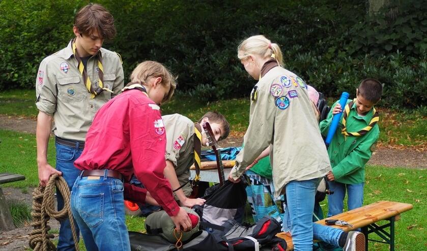 De scouts zijn druk in het Van Boetzelaerspark.