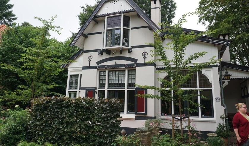 Villa met Dierenkoppen, Soestdijkseweg Noord 357, Bilthoven: Deze gepleisterde villa is in 1910 als zomerverblijfgebouwd. De vele daklijsten eindigen alle met een fraai gesneden dierenkop.