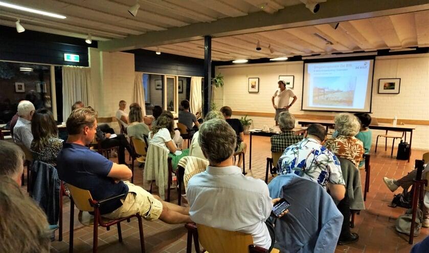 Bob van Ginkel houdt een betoog over de ontwikkelingen in het Noorderpark.