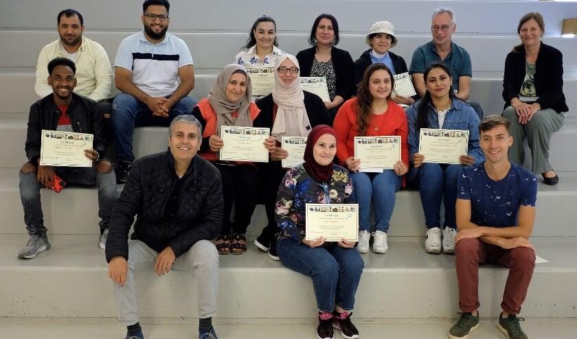 Deelnemers aan de zomerschool zijn trots op hun behaalde certificaat. (foto Alwin Porton)