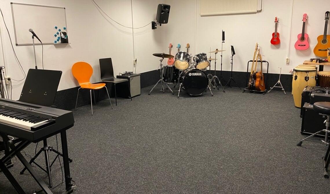Een leeg leslokaal in het gebouw van Key4Music.