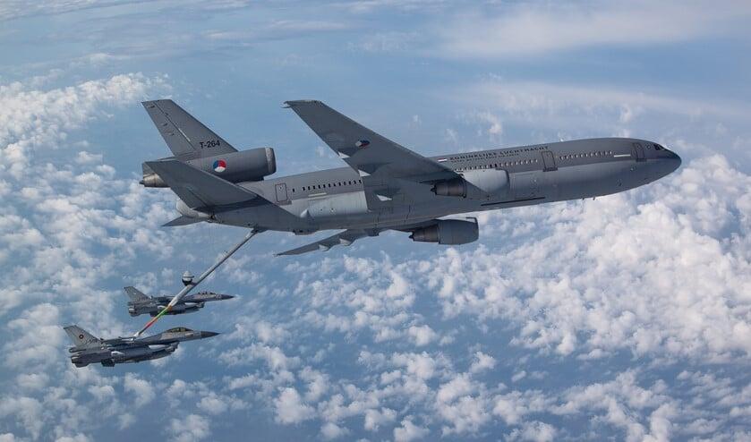 Een KDC-10 tankt een F-16 in de lucht.